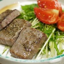 *【料理一例】ジューシーなお肉!栄養バランスのためにお野菜と一緒にどうぞ♪