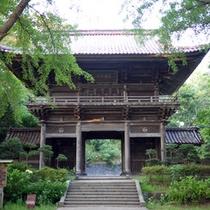 *【周辺スポット】酒田の産土神を祀る下日枝神社にある「随身門」。門の下で手を叩くと音が反響します。