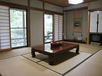客室:12畳間(窓の外は天城の森林。ゆったりとしたひと時をお過ごしください).jpg