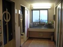 お風呂入口と共用洗面所