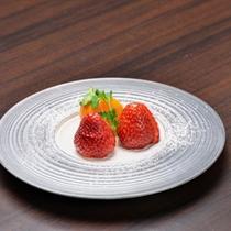 *夕食一例 綾町産の「もういっこ」。さわやかな甘さが特徴のイチゴです