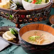 *朝食一例 大豆をすりつぶし味噌を合わせた≪呉汁≫