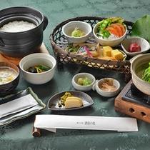 朝食一例(利用時間:7時~8時半) 宮崎産、綾町の恵みをふんだんに盛り込んでおります。