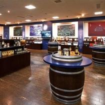 【売店・杜の酒蔵】蔵人達の熟練の技で造られたお酒が並びます。試飲コーナーもございます。