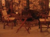 薪ストーブとチーク古材の椅子