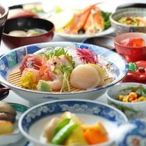 浅虫ならではの海鮮が並ぶ料理一例