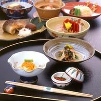 お夕食一例/お部屋出しで、一品一品お客様のペースに合わせてご提供いたします。