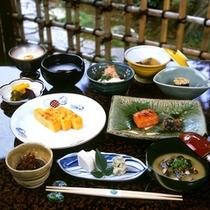 *ご朝食一例/和食の伝統を大切に一つ一つ手作り。庭園を眺めながら出来立てをお召し上がり下さい。