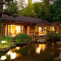 客室一例/庭園の池を囲むように配された、三間続きの離れのお部屋でくつろぎのひとときを。