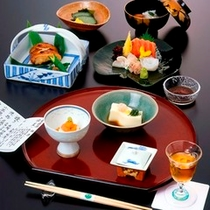 お夕食一例/20年来調理を担当している料理長が作る、純和風の懐石料理。