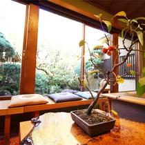 *ロビーラウンジ/季節ごとのお花や置物でお客様をお迎え致します。