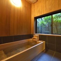 *客室一例『加茂』/源泉かけ流し温泉が湧き出る、客室内のひのき風呂。