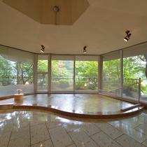 *大浴場『銀殿』/箱根連山を望む展望大浴場。お湯がはられた湯船の伊豆石は、さらに翠が濃くなります。
