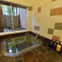 *客室一例『山の里』/源泉かけ流し温泉が湧き出る、客室内の岩風呂。