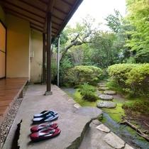 *客室一例『加茂』/どのお部屋からも四季豊かな樹々や和花をお楽しみいただけます。