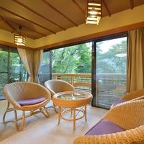 *客室一例『清月』/自然のままを生かした静かな庭。鳥の声を聴きながらくつろぎのひとときを。