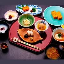 *ご朝食一例/小田原名産「丸う」のかまぼこ・しゃくり豆腐・旬の焼き魚等、体に優しい和朝食。