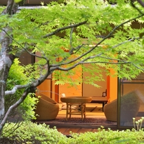 *客室一例『加茂』/須雲川の清流を取入れた庭園の中に佇む、京風数寄屋造りの離れの客室。