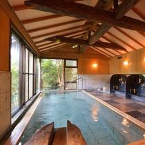 *大浴場『金殿』/小屋組天井になっており、桜の季節には、散った桜の花びらが舞い込んでまいります。