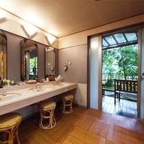 *大浴場一例/「銀泉」の脱衣場。ご利用時間は15時~24時、5時~10時。