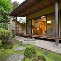 *客室一例『加茂』/縁側からお庭を眺めてのんびり過ごす。そんな贅沢な時間がここにはございます。