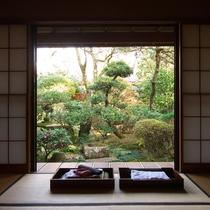 *客室一例/季節ごとの日本庭園に安らぎを求めて。忙しい日常を忘れてお過ごしください。