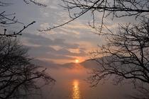 ペンション前の朝陽と霧