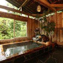 高原の緑、木のぬくもりと石の感触が楽しめる貸切露天風呂です。