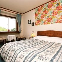 ダブルルーム:ゆったりとしたお部屋で絵お寛ぎください。東向きの窓から朝日が望めます。