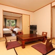 和室と洋室の2間のお部屋です。ご家族でグループでゆったりお過ごしください。