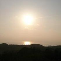 お部屋の窓から紀伊水道に昇る初日の出をご覧いただけますよ。