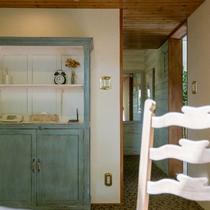 アンティーク家具がどこか落ち着く空間を演出してくれる