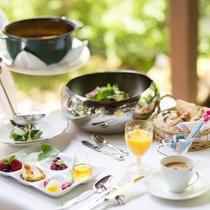 朝食一例 天気の良い日はテラス席で