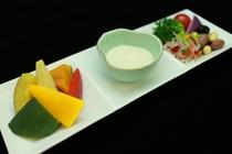 【2016春】料理長おすすめ米沢牛コースの一品「彩り豊かなディップサラダ」