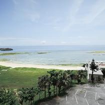 *当館からの景色/エメラルドグリーンの海を見渡せる、沖縄ならではの風景。