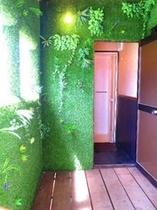 シャワールーム入り口 太陽と緑がいっぱい