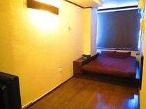 個室 ダブルルーム12号室 広々したベット