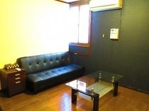 個室 5号室のリビングスペース