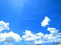 屋上から見える真っ青な空