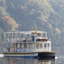三方五湖をクルーズする観光船