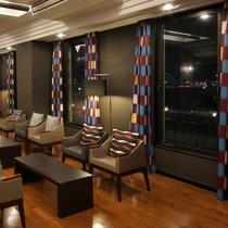 ◆3階ロビー◆夜はライトアップされた橋が見られます。