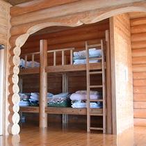 【ログハウス一例】2段ベッドで最大5名様まで宿泊できます。