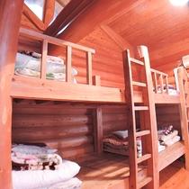 【ロッジ:お部屋の一例】2段ベッドを備えております。