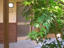 離れ二階建の玄関