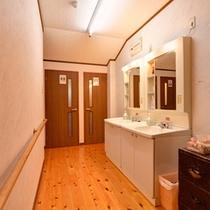 *共同洗面処/各階にある洋式トイレ。さらに1フロアに1台、ウォッシュトイレも備えています。