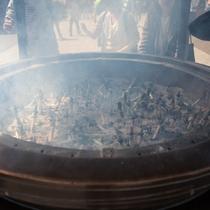 *浅草寺の常香炉/香炉の煙を体の悪いところにかける光景は浅草の代名詞