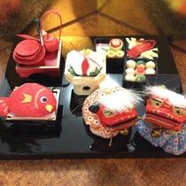 *施設/おせちにおとそ、鯛に獅子舞・鏡もち・・・日本の伝統ある縁起物も手作りでご用意しました。
