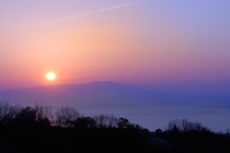 大島から昇る日の出見える