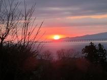 大島から昇る日の出(お部屋から見えます)