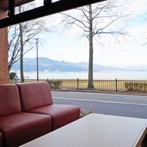 *【ロビー】明るい日差しが差し込む。晴れた日にが琵琶湖が一望できます。